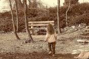 девочка и скамейка ...